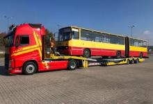 transport-autobusu-na-naczepie-niskopodwoziowej