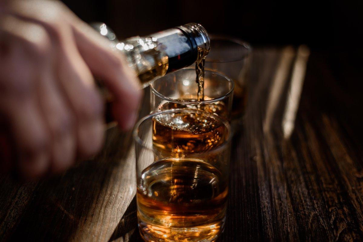 nalewanie alkoholu do szklanki