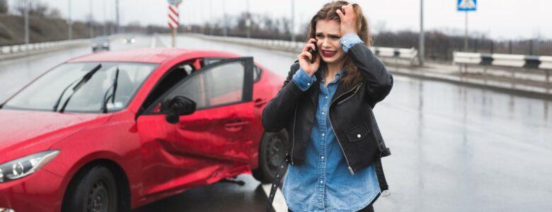 kobieta wzywa pomocy po wypadku